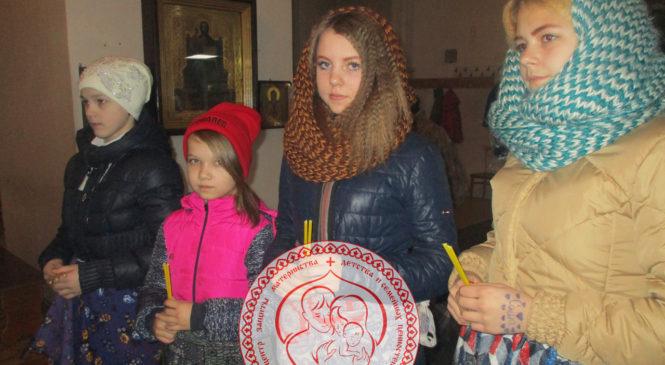 Воспитанники детского дома у чудотворной иконы
